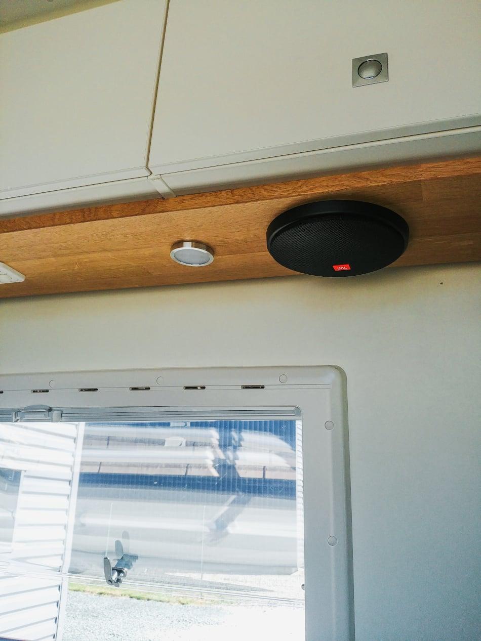 lampe LED et hauts parleurs van